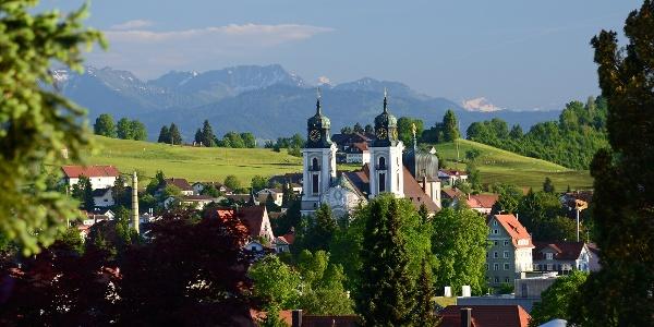 Stadtpfarrkirche St. Peter und Paul vor Berge in Lindenberg