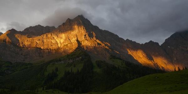 Die Spritzkarspitze vom Ahornboden aus im Morgenlicht