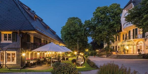 Außenansicht Schwarzwaldhaus von 1639 mit Restaurant und Terrasse sowie dem Hotelhauptgebäude