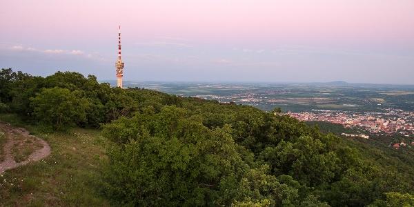 Alkonyat a Kis-Tubesről a Misina tető tévétornyával és Pécs belvárosával