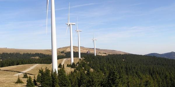 Rattener Windpark mit dem Roseggerhaus