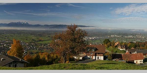 Panorama von Bildstein über das Rheintal auf die Schweizer Gebirgszüge