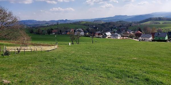 Aussicht nach Goßdorf, zu den Schrammsteinen, den linkselbischen Zschirnsteinen und dem Hohen Schneeberg