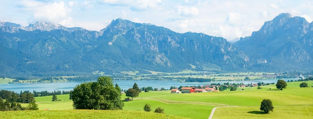 Wandern am Forggensee im Ostallgäu / Blick auf den Tegelberg