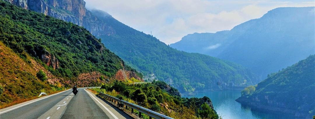 Motorradfahrer auf einer Bergstraße in der Nähe von Oliana, in den Pyrenäen