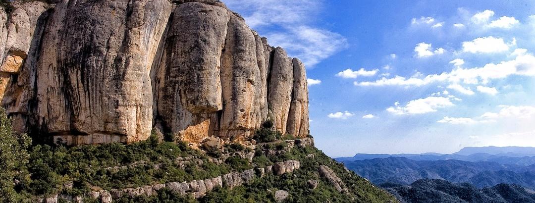 Montsant, ein kompaktes Felsmassiv in der Region Priorat, im Naturpark Serra de Montsant gelegen