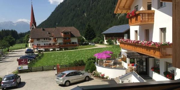 Im Apartments Sankt Walburg in Antholz geniesst man moderne Wohnräume und herrliche Aussicht.