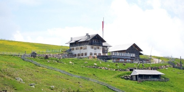 Auf der Villanderer - Latzfonser Alm ist die Stöfflhütte Einkehrziel und Urlaubsparadies.