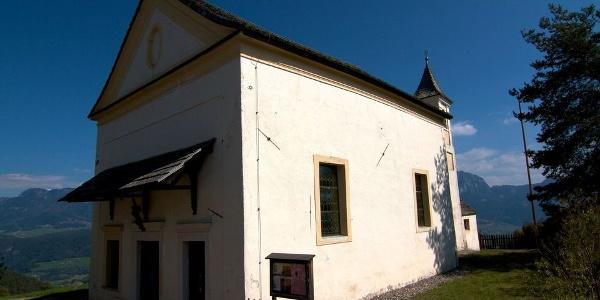 Die Kirche Maria Saal am Ritten bietet aussichtsreiches Dolomitenpanorama.