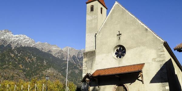 Das gotische St. Helena Kirchlein liegt unauffällig an der Straße nach Partschins