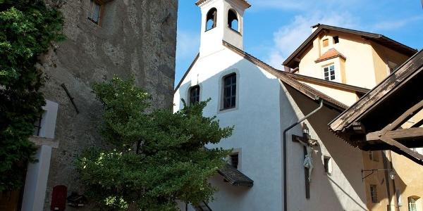 Die Gruftskapelle in Klausen liegt versteckt in einer kleinen Gasse hinter der Pfarrkirche