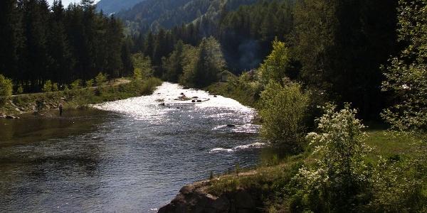 Bevor die Falschauer in den Zoggeler Stausee mündet, bietet sie Fischern Raum für ihr Hobby.