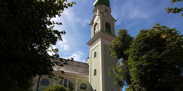 Die barocke Pfarrkirche von Toblach steht auf den Fundamenten einer romanischen und gotischen Vorgängerkirche.
