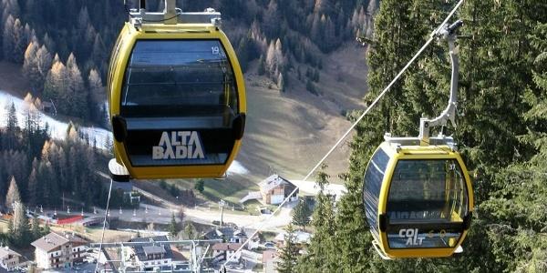 Mit der Seilbahn Col Alt könnt ihr die Umgebung rund um Corvara im Winter und im Sommer erkunden.