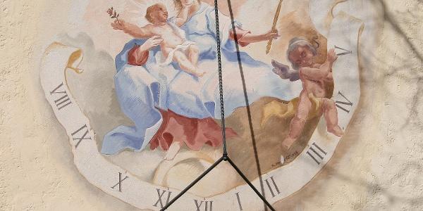 Sonnenuhr mit Fresko, Maria als Himmelskönigin