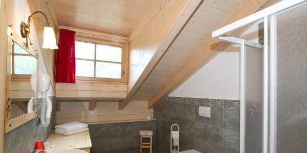 Each of the Tyrolean-style rooms is equipped with a modern bathroom.