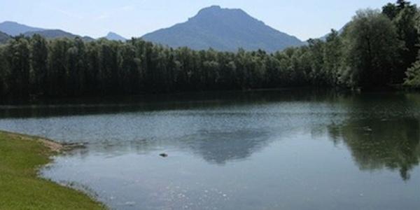 Reischenharter See mit Bergblick.