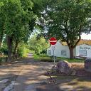 """Verkehrswidrige Wegeführung für Radfahrende, es fehlt das Schild """"Radfahrende frei"""" und der Radweg führt geradeaus weiter"""""""