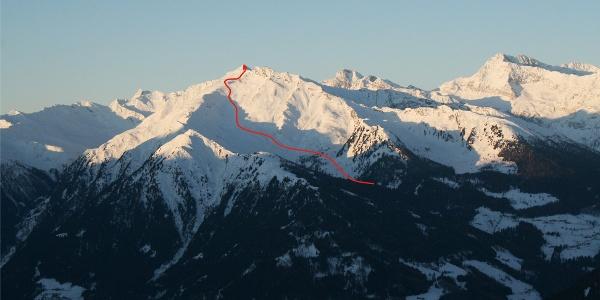 Bereits vom Jaufenpass sticht die pyramidenförmige Kolbenspitze ins Auge. Von hier kann man die Anstiegsroute gut erkennen.