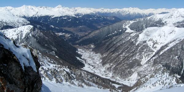 Blick vom Schidepot über  das gesamte Aufstiegsgelände und das Valsertal