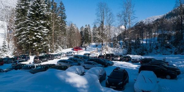 Großer und gebührenfreier Parkplatz am Talende bei Lämmerbach