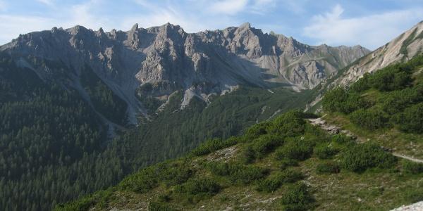 Auf dem Weg zur Serles, Blick auf dem Stock der Peilspitze (rechts im Bild).