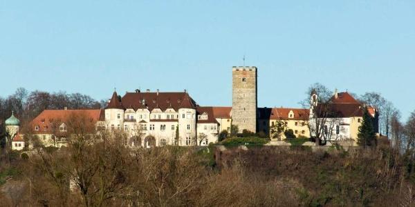 Blick vom Ausgangsort Unterpösnach zum Schloss Neubeuern