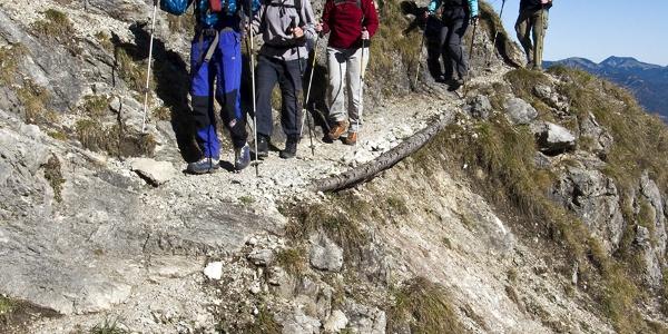 Der Abstieg führt stellenweise über sehr steil abbrechende Hänge.