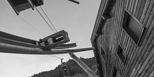 Die Audiotour durch Wiler beginnt bei der Postautohaltestelle Wiler, Luftseilbahn. Von hier aus können Sie mit der Luftseilbahn hinauf auf die Lauchernalp schweben.