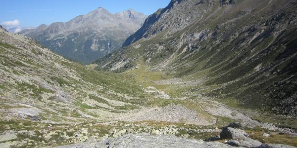 Auf der orographisch linken Talseite zieht der schön angelegte Weg langsam nach oben.