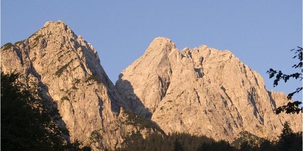 Wer zeitig aufbricht, sieht von Hammersbach die Waxensteine im strahlenden Morgenlicht.
