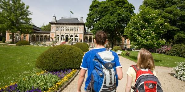 Wanderer vor dem Königlichen Kurhaus in Bad Elster