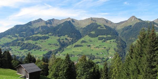 Blick auf die Sonnenseite des Großen Walsertals, im Hintergrund die Berge des Walser Kamms