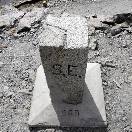 Der Grenzstein auf der Dreisprachenspitze.