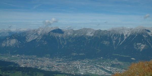 Blick von der Viggarspitze auf Innsbruck und die Nordkette