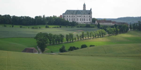 Blick zur Abtei Neresheim vom Wanderweg aus
