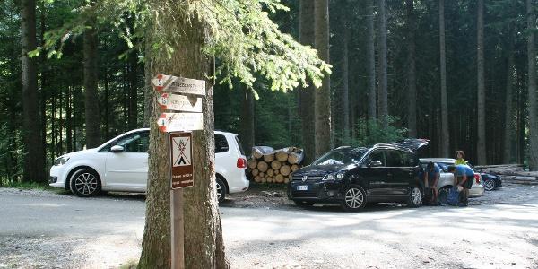 Direkt beim Ausgangspunkt gibt es nur wenige Parkmöglichkeiten.
