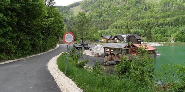 Beim Gasthaus Seeblick vorbei beginnt der blau-weiß markierte Fischersteig.