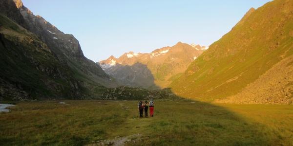 """Ideal zum """"Aufwärmen"""" - der 2,3 km lange Weg durch das flache, vom Gletscher geformte Hochtal Richtung Alpeiner Ferner. Die kurze Geländestufe (Bildmitte) trägt den einladenden Namen """"Höllenrachen"""". Im Hintergrund rechts der Apere Turm (2984 m), ganz links die Südliche Wildgratspitze (3272 m)."""