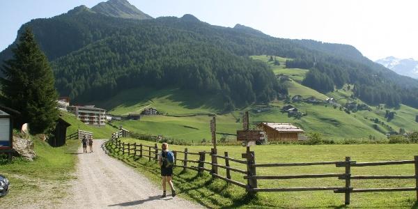 Direkt im Talboden (zahlreiche Schilder) beginnt die Wanderung zu den Koflerseen.