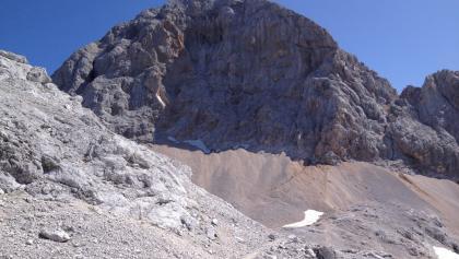 Einstieg des Klettersteigs über dem Schneefeld (Licht/Schattengrenze - rechts)