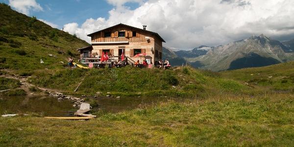 Bergerseehütte mit der Venedigergruppe im Hintergrund