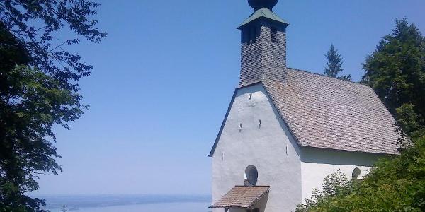 Die Schnappenkirche mit Blick auf den Chiemsee.