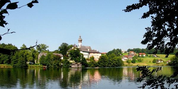 Blick über den Höglwörther See zum Kloster Höglwörth.