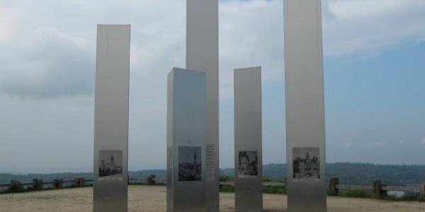 Die Stelen auf dem Wallberg zum Gedenken an die Zerstörung im zweiten Weltkrieg