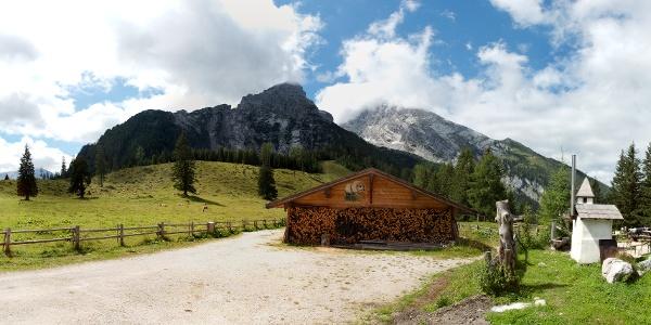 Die Kührointhütte mit dem Watzmann.