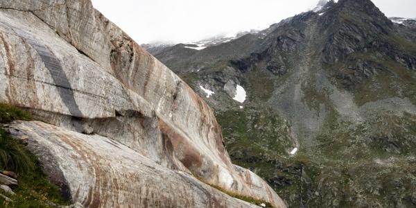 Gletscherschliff auf dem Weg zum See