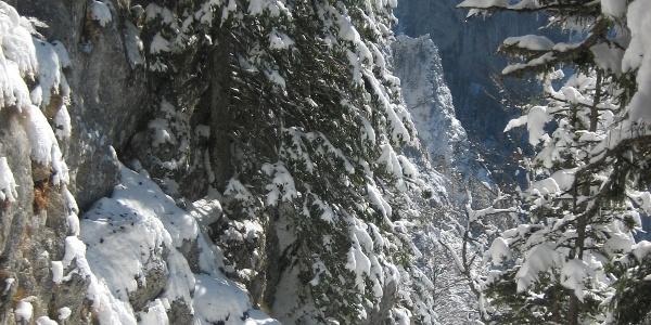 Abstieg durch die versicherte Passage nach frühem Schneefall
