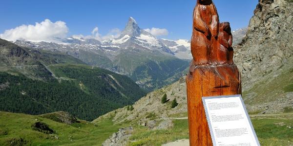 Murmeltier-Holzskulptur mit Infotafel