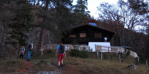 Start um 07:00 Uhr - noch vor Sonnenaufgang erreichen wir die Halltalerhütte (privat, kein Ausschank).